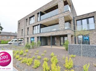 Aangenaam NIEUWBOUW APPARTEMENT met twee slaapkamers, gelegen op het gelijkvloers met een ruim terras van17,51 m² + tuintje, uitstekend gelegen o