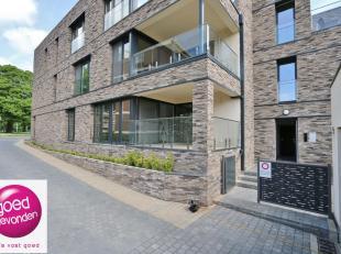 Aangenaam NIEUWBOUW APPARTEMENT met twee slaapkamers, gelegen op het gelijkvloers met eenzonnig terras van10 m² + tuintje, uitstekend gelegen op