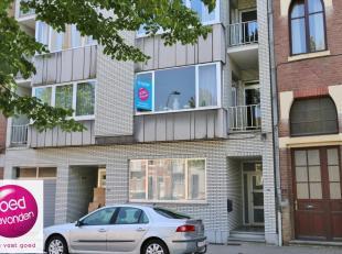Centraalgelegen appartement met 2 RUIME SLAAPKAMERS, KELDERbergingen ondergrondse PARKEERPLAATS.Uitstekende ligging metsupermarkten om de hoek, stadce