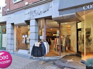 Handelsgelijkvloers van meer dan 100 m², centrum stad, in winkel-wandelstraat.<br /> POLYVALENT en INSTAPKLAAR<br /> Mooi ingericht met pashokjes