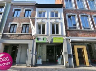 Mooi 1 à 2 slaapkamer-appartement in het hart van de stad met prachtig terras van 16 m², geen gemeenschappelijke kosten.<br /> EERSTE VERD