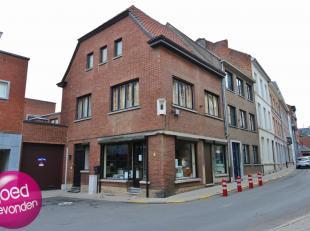 Handelshuis met garage gelegen in hartje Tongeren, tegenover het gerechtsgebouw op wandelafstand van stadsfaciliteiten.Ideale ligging voor de uitoefen