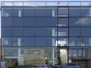 Unieke LOFT gelegen op toplocatie aan de Blauwe Boulevard van Hasselt.<br /> De volledige oppervlakte bedraagt +/-250m² met dubbele garage en kel