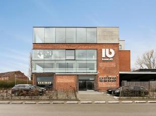Totaalconcept met privékantoorrruimte van 80m²<br /> Toegangssysteem met badges, beschikbare parkeerplaatsten .<br /> Gebruik van inkomhal