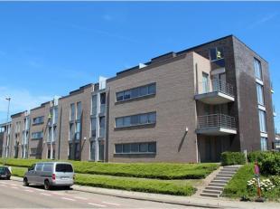 Dit modern appartement is gelegen in een recent gebouw op wandelafstand van het stadscentrum. INDELING: inkomhal met gastentoilet, glazen deur naar de
