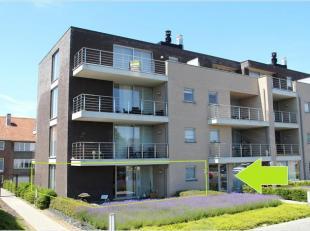 Dit ruim appartement is gelegen op het gelijkvloers van een recent gebouw aan het einde van de Driekruisenstraat, met achterzijde aan de Bilzersteenwe