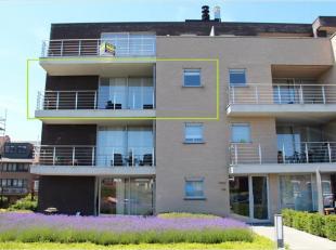 Dit ruim appartement is gelegen op de tweede verdieping van een recent gebouw aan het einde van de Driekruisenstraat, met achterzijde aan de Bilzerste