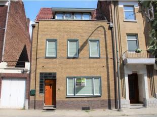 Deze knappe woning is gelegen langs de Leopoldwal, vlakbij de Moerenpoort. Parking aan de overzijde en in het stadscentrum. INDELING: inkomhal met tra