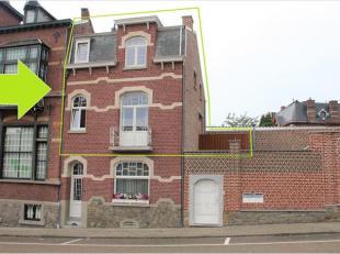 Dit appartement is gelegen op het eerste en tweede verdiep van een burgerwoning, vlak aan het stadscentrum. INDELING: Gelijkvloers een gemeenschappeli