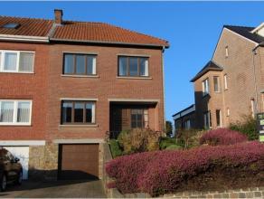 De woning is ingericht met een inkomhal en doorgang naar een mooie ruime woonkamer in L-vorm, met mogelijkheid voor het plaatsen van een haard. De keu