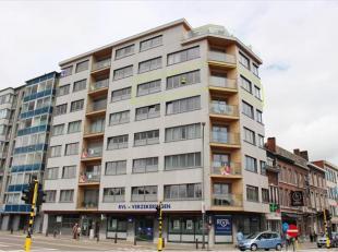 Dit ruim appartement is gelegen op de vijfde verdieping in een volledig vernieuwd gebouw en biedt een uniek zicht over het stadscentrum. In 2005 werd