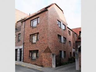 Dit mooi appartement op de tweede en dakverdieping is gelegen bovenaan de Jekerstraat, vlakbij de Grote Markt. Gemeenschappelijke inkom met traphal en