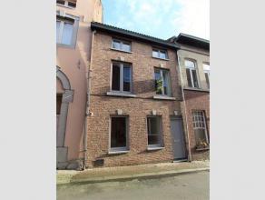 Deze woning werd recent volledig vernieuwd en is gelegen in het stadscentrum, vlakbij de Grote Markt en stadspark De Motten. INDELING: via het inkomge