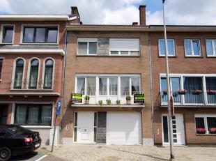 Deze uiterst goed onderhouden woning is ingericht als bel-étage.<br /> Op het gelijkvloers is een mooie inkomhal met trap en gastentoilet. Rech