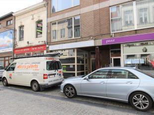 Deze ruime winkelruimte is goed gelegen in de Hemelingenstraat, aan het winkelcentrum van Tongeren. De ruimte is zeer verzorgd en ingedeeld met een wi