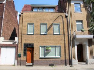 Deze knappe woning is gelegen langs de Leopoldwal, vlakbij de Moerenpoort. Parking aan de overzijde en in het stadscentrum.<br /> INDELING: inkomhal m