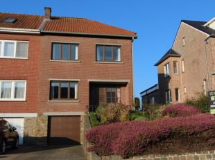 De woning is ingericht met een inkomhal en doorgang naar een mooie ruime woonkamer in L-vorm, met mogelijkheid voor het plaatsen van een haard.<br />