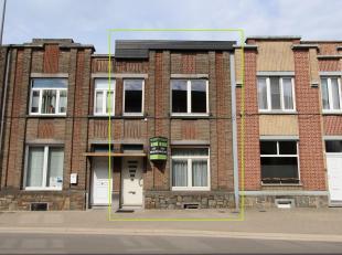 Deze woning is net aan het stadscentrum gelegen, vlakbij het station met school en winkels op enkele meters!<br /> INDELING: inkomhal met trap naar de