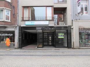 Deze handelsruimte is zeer centraal gelegen vlakbij de Grote Markt en het commerciële winkelcentrum van Tongeren.<br /> INDELING: Ruime winkel- o