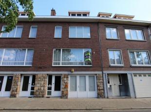 Deze woning is gelegen aan de Tongerse ring, met om de hoek de gezellige Grote Markt!<br /> Op het gelijkvloers bevindt zich de inkomhal met toegang n