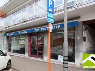 Deze handelsruimte is IDEAAL GELEGEN:<br /> - langs de ring met OPTIMALE ZICHTBAARHEID;<br /> - parking voor de deur;<br /> - bushalte voor het gebouw