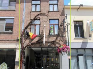 Deze handelswoning is gelegen in het begin van de Hemelingenstraat, vlakbij de Grote Markt, en werd recent vernieuwd voor zowel de winkelruimte als de