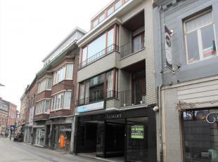 Dit appartement is gelegen op de derde verdieping van een gebouw, pal in het centrum en vlakbij de Grote Markt.<br /> INDELING: inkomhal, apart toilet