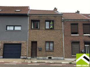 Deze woning ligt net buiten het stadscentrum van Tongeren.<br /> Aan de overkant van de straat is voldoende gratis parking!<br /> INDELING: inkomhal m