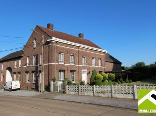 Deze prachtige vierkantshoeve is gelegen in het centrum van Alt-Hoeselt, een aangenaam dorp omgeven door weilanden en velden tussen Hoeselt en Tongere