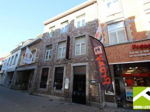 Dit duplex appartement is gelegen op de tweede verdieping van een gebouw, vooraan in de Sint-Truiderstraat, vlakbij de Grote Markt. Het appartement is