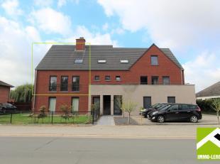 Deze duplex is gelegen op het eerste verdiep links van een recent gebouw en heeft een mooi dakterras en garage met berging. Goede ligging aan de stads