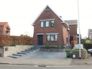 Deze gezellige woning is goed gelegen in het centrum van Mal.<br /> INDELING: inkomhal met trap naar de verdieping, gastentoilet en toegang naar de ke