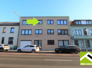 Appartement op de tweede en bovenste verdieping. Het appartement werd volledig vernieuwd en is instapklaar!<br /> INDELING: Inkomhal, ruime woonkamer