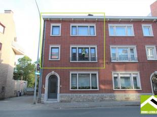Dit ruim duplex appartement is gelegen op de eerste en tweede verdieping van een stadswoning met 2 appartementen, dichtbij het station, winkels en sch