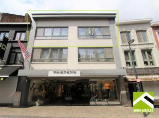 Dit duplex appartement is gelegen op de tweede verdieping van een appartementsgebouw pal in het stadscentrum, in de belangrijkste winkelstraat van Ton