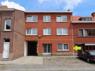 Dit ruim appartement maakt deel uit van een gebouw met 6 appartementen, gelegen vooraan de Driekruisenstraat, vlakbij het stadscentrum en het station.