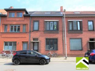 Deze woning is uitstekend gelegen bij het stadscentrum van Hasselt en werd volledig vernieuwd in 2014.<br /> INDELING: inkomhal, apart toilet, doorlop