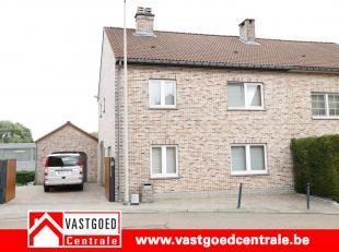 Ruime woning met als indeling:<br /> De woning is voorzien van kelder.<br /> Op het gelijkvloers: inkomhal, living, keuken, berging, apart toilet, gar