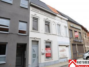Gerenoveerde woning (2006) met op het gelijkvloers een inkomhal, living met open keuken, apart toilet, veranda en koer.  Op de eerste verdieping bevin