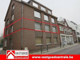 Zeer ruim appartement gelegen in het centrum van Bilzen. Het appartement heeft de volgende indeling: inkomhal, ruime living met veranda, keuken, apart