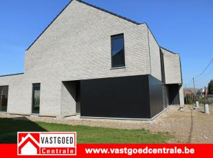 Prachtig nieuwbouwproject van 6 winddichte woningen.<br /> <br /> Woning 3 heeft volgende indeling:<br /> Gelijkvloers is de woning voorzien van een i