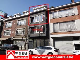 Dit ruim duplex appartement is gelegen in het centrum van Tongeren. Het appartement heeft volgende indeling: living, keuken, 2 badkamers, apart toilet