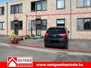 Verzorgd gelijkvloers appartement. Het appartement is aan de achterkant van het gebouw gelegen en heeft de volgende indeling: inkomhal, living, aparte