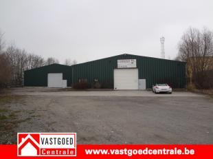 Goed gelegen industriegebouw van 860 m². Het gebouw is geïsoleerd en voorzien van verwarming op gas. Hoogte= 5,27m. Voldoende parking voor h