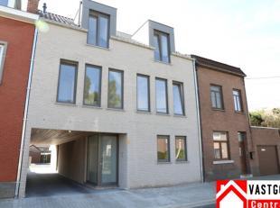 Duplex appartement met als indeling: inkomhal, 2 x toilet,  living, keuken, 2 x berging, 2 slaapkamers, badkamer, terras en carport.  EPC= 103 kWh/m&s