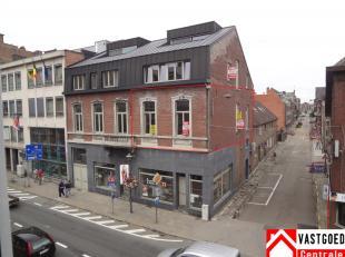Gerenoveerd appartement op de eerste verdieping in het centrum van Tongeren. Het appartement heeft volgende indeling: inkomhal, living, aparte keuken,