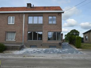 Deze halfvrijstaande woning met tuin is gelegen langs de Houterstraat 43 te Gellik. De woning is grondig en zeer degelijk gerenoveerd en netjes opgefr