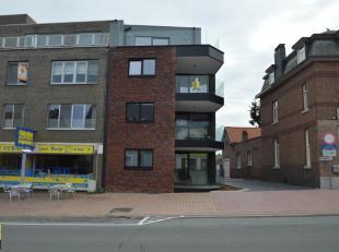 Dit nieuwbouwappartement is gelegen op de tweede verdieping in residentie De Gilden, op de hoek van de Dorpsstraat en de Smalstraat, in hartje Hoeselt