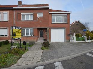 Deze goed onderhouden woning met een bewoonbare oppervlakte van 155 m² (excl. dubbele garage) is gelegen op een perceel van 7a06ca op de hoek van