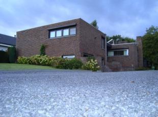 Deze vrijstaande woning met residentiële ligging is gelegen op 11are58ca op wandelafstand van het centrum van Bilzen. De woning is instapklaar en